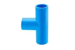 Conexión de tubo azul del pvc con la válvula aislada en blanco Fotos de archivo