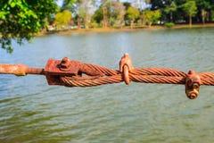 Conexión del primer del dispositivo de protección en caso de volcamiento de acero oxidado del alambre de la honda Fotografía de archivo libre de regalías