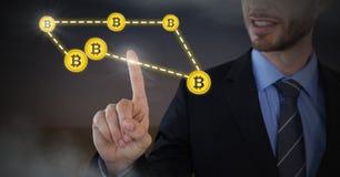 Conexión gráfica de los iconos del bitcoin conmovedor del hombre de negocios Fotos de archivo libres de regalías