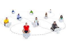 Conexión multiétnica de la gente y establecimiento de una red social Imagenes de archivo