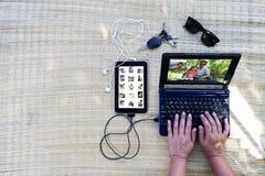 Conexión por la comunicación del ordenador con la familia en viaje Foto de archivo