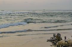 Conexi?n solitaria la playa que hace frente a ondas fotografía de archivo libre de regalías