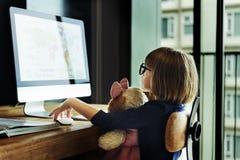 Conexión de la muchacha usando jugar concepto del ordenador Fotos de archivo libres de regalías