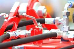 Conexiones hidráulicas de un detalle industrial de la maquinaria Foto de archivo libre de regalías