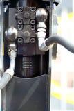 Conexiones hidráulicas de un detalle industrial de la maquinaria Fotos de archivo