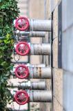Conexiones múltiples del cuerpo de bomberos en una pared del edificio Foto de archivo