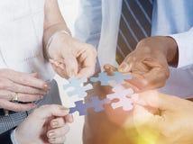 Conexão de negócio Team Jigsaw Puzzle Concept incorporado Fotos de Stock Royalty Free