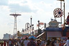 Coney Island, NY: Crowds walking on the promenade stock photography