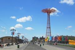 Coney Island-Promenade, Fallschirmabsprungsturm und wieder hergestelltes historisches B&B-Karussell in Brooklyn Stockbild