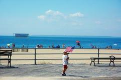 Coneyinsel Promenade der amerikanischen Flagge des kleinen Jungen ny Stockfotos