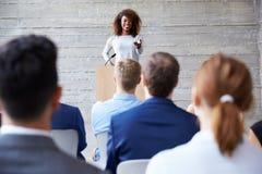 Conférence d'Addressing Delegates At de femme d'affaires photographie stock