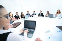 Conférence d'affaires parler de sourire de contact d'ordinateur portatif de bureau de cmputer d'homme d'affaires d'affaires à uti Photos libres de droits