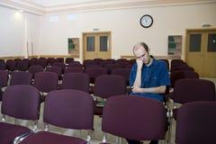 Conférence ennuyeuse. Seul étudiant de sommeil en Au vide Photographie stock libre de droits