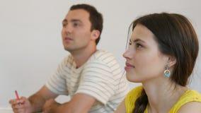 Conférence listining d'étudiant adolescent et question de réponse étudiant dans la salle de classe banque de vidéos