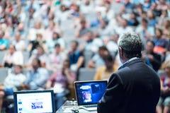 Conférencier présentant l'exposé à l'événement d'affaires Image libre de droits