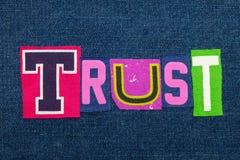 CONFÍE EN el collage de la palabra del texto en tela brillantemente coloreada en el dril de algodón azul, la confianza y la fidel foto de archivo libre de regalías