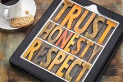 Confíe en la honradez, extracto de la palabra del respecto en el tipo de madera Imagen de archivo