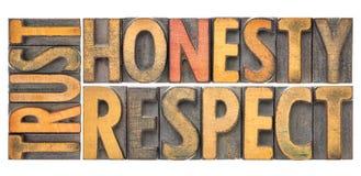 Confíe en la honradez, extracto de la palabra del respecto en el tipo de madera Fotos de archivo libres de regalías