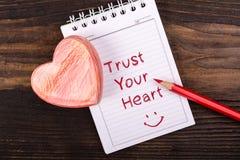 Confíe en su corazón manuscrito fotos de archivo