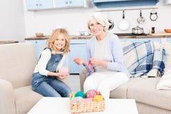 Confecção de malhas da avó e da neta foto de stock royalty free
