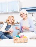Confecção de malhas da avó e da neta imagem de stock royalty free