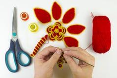 Confecção de malhas das mãos fotos de stock royalty free