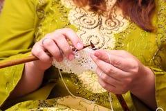 Confecção de malhas das mãos da mulher Imagens de Stock