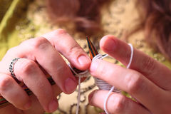Confecção de malhas das mãos da mulher Foto de Stock Royalty Free
