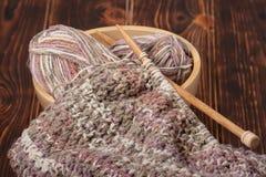 Confecção de malhas do lenço ou da baixada Bolas do fio De madeira Fotos de Stock