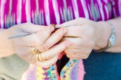 Confecção de malhas em agulhas de confecção de malhas imagens de stock royalty free