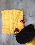 Confecção de malhas feito a mão de lãs amarelas Foto de Stock
