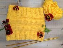 Confecção de malhas feito a mão de lãs amarelas Imagem de Stock Royalty Free