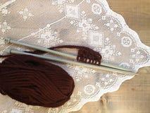 Confecção de malhas feito a mão de lãs de Brown Foto de Stock Royalty Free