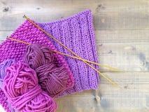 Confecção de malhas feito a mão de lãs roxas Fotos de Stock Royalty Free