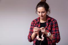 Confecção de malhas grávida da mulher fotografia de stock royalty free