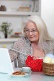 Confecção de malhas idosa da senhora Fotografia de Stock