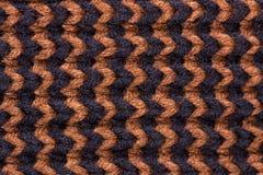 Confecção de malhas Textura feita malha fundo Agulhas de confecção de malhas brilhantes Fio de lã preto e marrom para fazer malha foto de stock