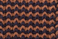 Confecção de malhas Textura feita malha fundo Agulhas de confecção de malhas brilhantes Fio de lã preto e marrom para fazer malha foto de stock royalty free