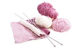 Confecção de malhas com lãs cor-de-rosa e brancas Imagem de Stock Royalty Free