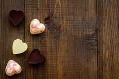 Confection en forme de coeur pour la Saint-Valentin sur l'espace en bois foncé de vue supérieure de fond pour le texte images libres de droits