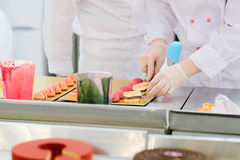 Confectioner makes cakes Royalty Free Stock Photos