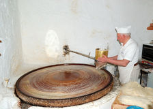 confectioneren förbereder höga sötsaker Royaltyfri Bild