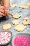 Confectionist es galletas de la Navidad de la decoración con la formación de hielo, frosti imágenes de archivo libres de regalías