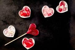 Confections douces se reposant dans des cuvettes en céramique Photographie stock