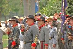 Confederati che salutano bandierina alla guerra civile rivisitata fotografie stock libere da diritti