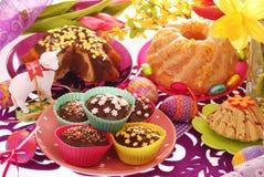 Confeitos de Easter na tabela festiva fotografia de stock