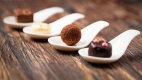 Confeitos deliciosos em colheres Fotos de Stock