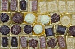 Confeitos e trufas em uma caixa Fotografia de Stock Royalty Free
