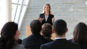 Conferência de Giving Presentation At da mulher de negócios video estoque