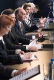 Conferência de imprensa com políticos fotos de stock royalty free